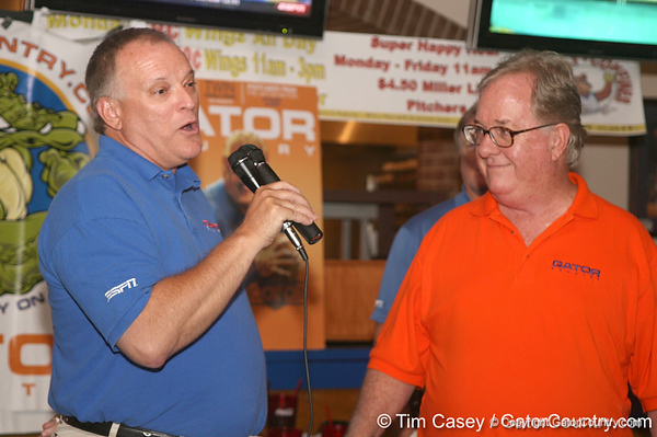photo by Tim Casey<br /> <br /> Gator Country Managing Editor Franz Beard speaks with guests during the eighth stop of the Gator Country Caravan on Wednesday, July 30, 2008 at the Friendly Confines Sports Restaurant in Winter Park, Fla.