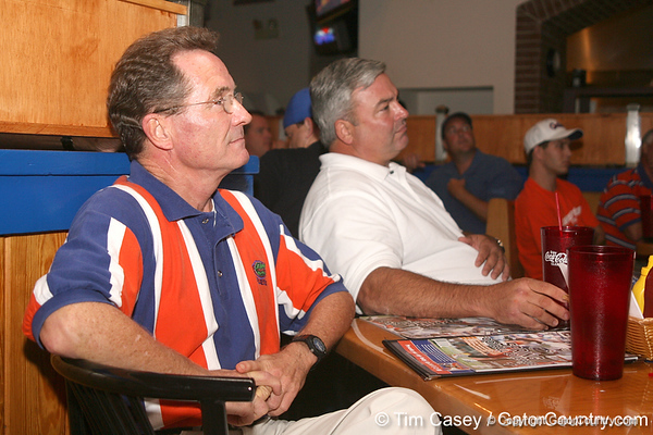 photo by Tim Casey<br /> <br /> Guests listen to the panel of Gator Country All-Stars during the eighth stop of the Gator Country Caravan on Wednesday, July 30, 2008 at the Friendly Confines Sports Restaurant in Winter Park, Fla.