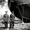 Avec Maurice au 2e Régiment d'aviation de chasse à Strasbourg-Neuhof. En arrière-plan, une saucisse(modèle?) de l'Aérostation Militaire.