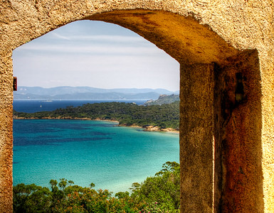 Vue sur la plage de la Coutade sur l'entree du fort Ste Agathe