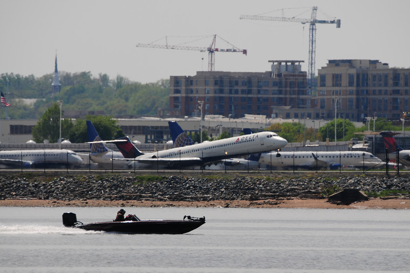 Check this out!  This speed boat thinks he race this the Delta Airlines MD-80 jet.