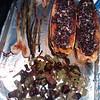 Delicata Squash geroestet und gefuellt mit schwarzem Quinoa. Seitenbeilage von geroesteten Schoten und BBQ Zwiebeln.