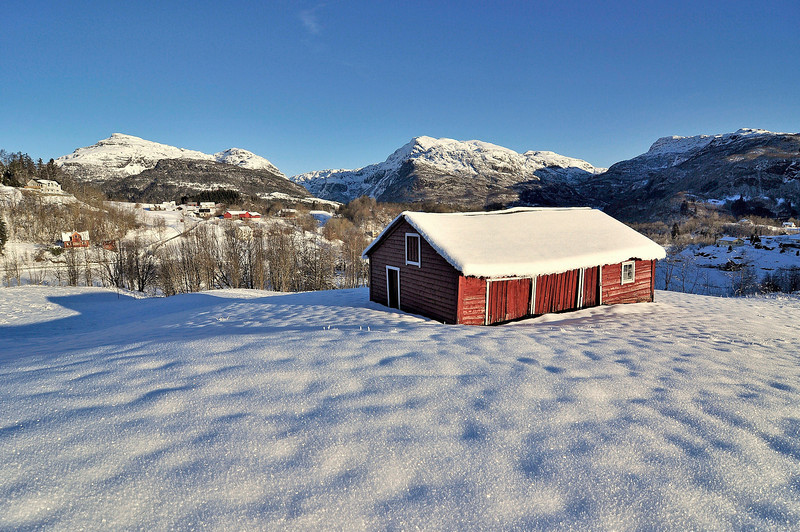 Fra Holdhus med vakre fjell i Hålandsdalen i bakgrunnen<br /> <br /> Winter photo from Hålandsdalen,Norway