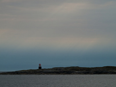 Fyr i blåtimen (Foto: Ståle)*