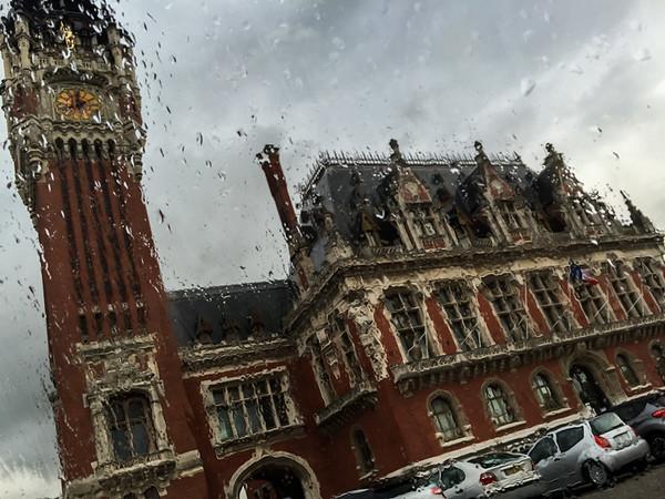 Mairie de Calais sous la pluie