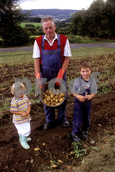 """Grandfather & Grandchildren/Nurbug, Germany"""