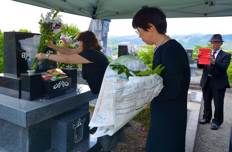 Family gravesite, ceremony, Fumio's interment