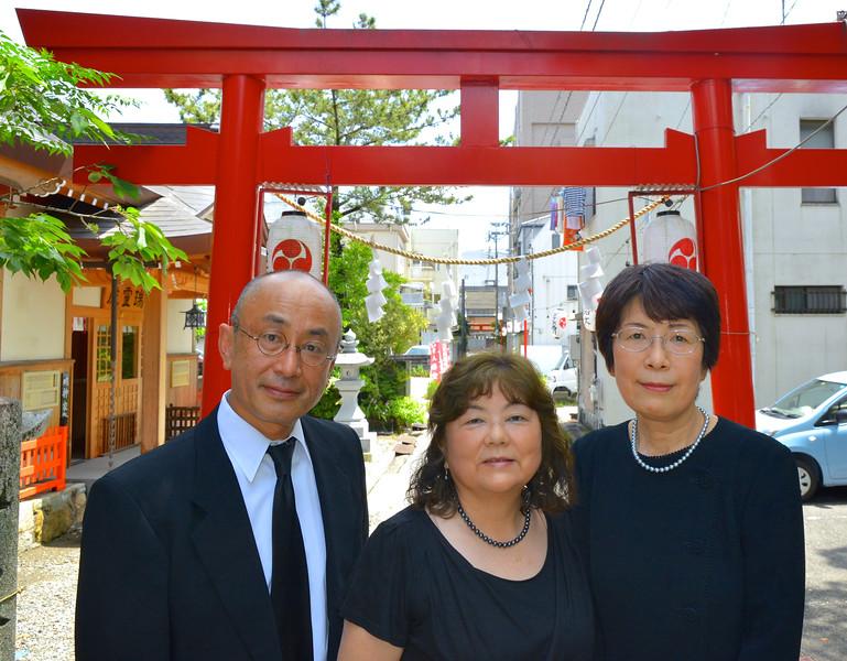 Shin-kun, Chiyo, Masako, at Shinto shrine, torii gate
