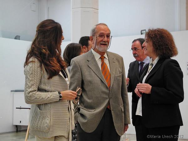De nuevo Carmen Milla Y Nieves Simón conmigo. Detras, Antonio Campuzano conversa con María Jesús Montes y Miguel Tébar, ambos de la editorial.