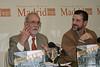 Como si fuese italiano, aquí estoy 'hablando con las manos'  mientras Miguel Tebar, el editor, me onserva.