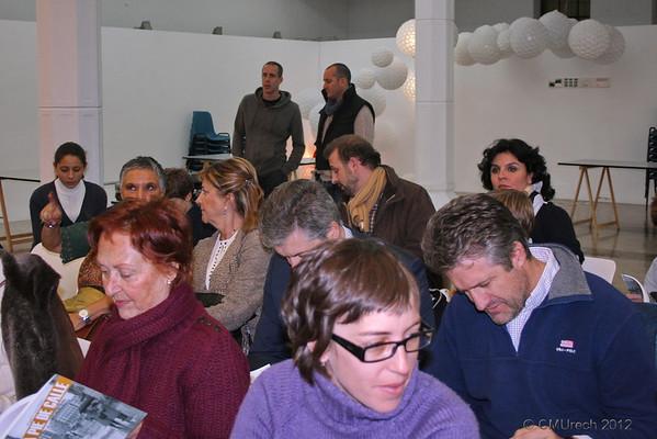 Mariángeles y María Rosa. Detrás, Claudia, Ros, Rosina y mis sobrinos Alvaro y Tito mirando el libro. Detras, Javier y su mujer, mi sobrina Raquel.