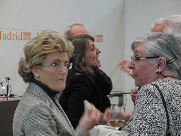 Victoria Mantecha y Esther y, por detrás, mi editora María Jesús Montes charla con mi hermano Jose.