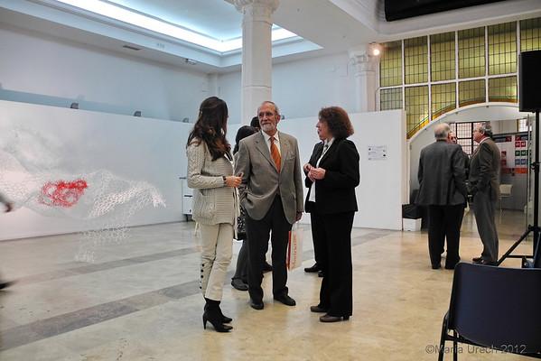 Carmen Milla Y nieves Simón, de la Findación, conversando conmigo. A la derecha, Miguel Angel Gozalo (de espaldas, con José Vicente de Juan y Antonio Campuzano.