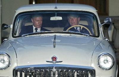 Americký prezident George Bush (vpravo) a jeho ruský hostitel Vladimir Putin se 8. kvìtna krátce projeli v Putinovì Volze z roku 1956 po areálu venkovského sídla ruského prezidenta v Novo Ogarjovu u Moskvy.