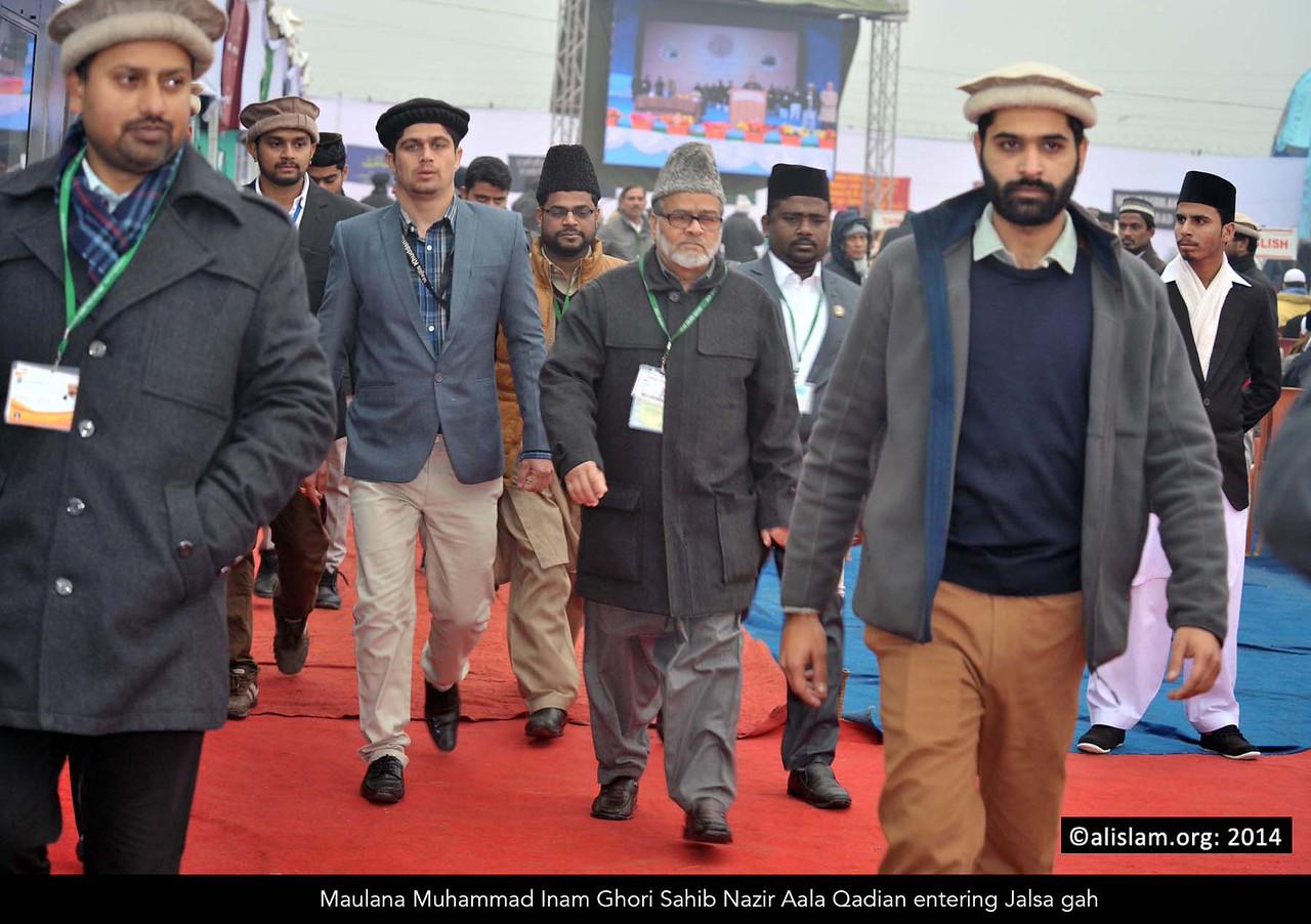 001 maulana muhammad inam ghori sahib nazir aala qadian entering jalsa gah
