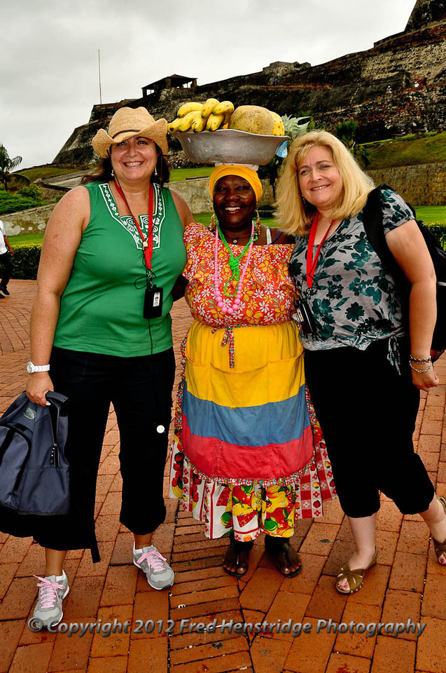 Gwen and Lisa with the fruit seller at the Castillo de San Felipe de Barajas, Cartagena