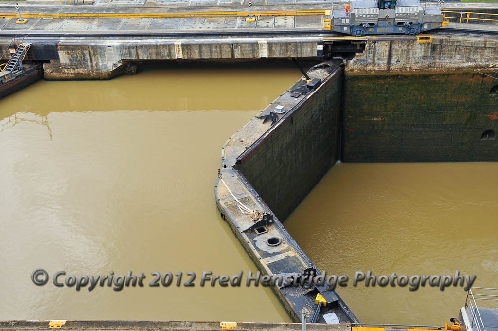 27 foot water level difference in the Miraflores Lock