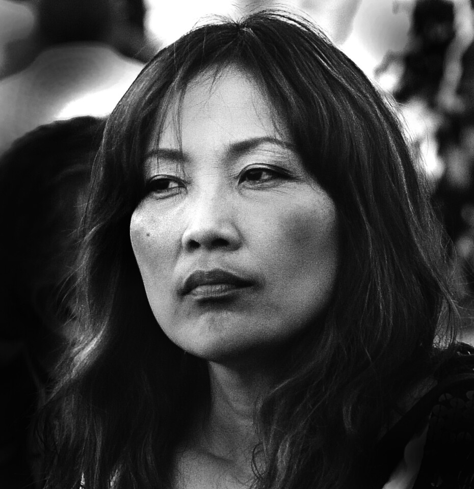 ASIAN WOMAN PIAZZA NAVONA- LEITZ 135mm HEKTOR
