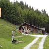 Donderdag 17 juni bij Bad Hofgastein met de Schlossalmbahn omhoog naar Kitzstein (1302 m).<br /> Van daar naar beneden gelopen. Hier de Fundner Heimalm.