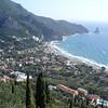 Eerste blik op Agios Gorios. Links boven tegen de helling ligt Dinas Paradisw.