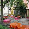 Verlaten maar kleurrijk terras bij de St. Servatius Kirche.