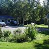 Links de garage en opbergruimte, rechts is de hoek van het huis te zien.