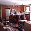 De huiskamer boven met open keuken en toegang tot het balkon.