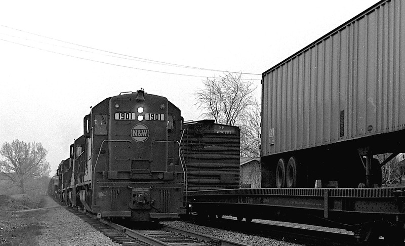 N&W #1901, a GE U25B, is shown traveling southbound through Decatur, IL as it approaches the campus of Millikin University.<br /> (Photo by William A. Shaffer)