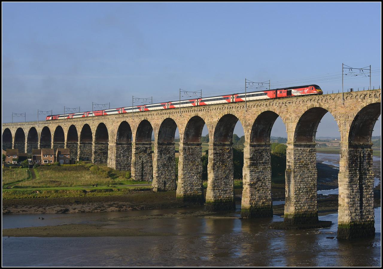 2017 09 19.43274 heads south on the 08.30 Edinburgh-Kings X VTEC service train on The Royal Border Bridge.