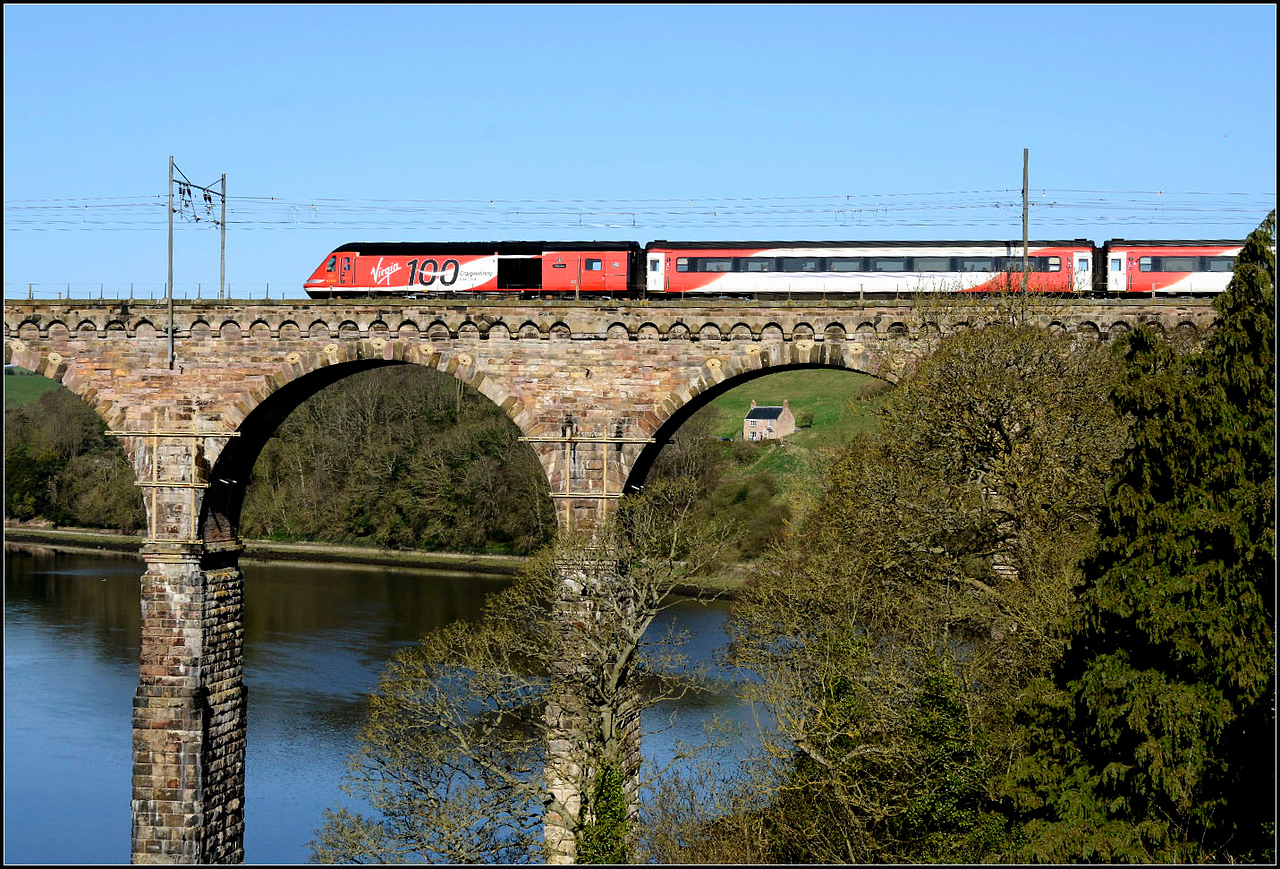 2018 04 21 43300 ''100 Craigentinny','slows for its Berwick stop, on the 07.10 Leeds-Aberdeen VTEC service from Castle Vale Park.