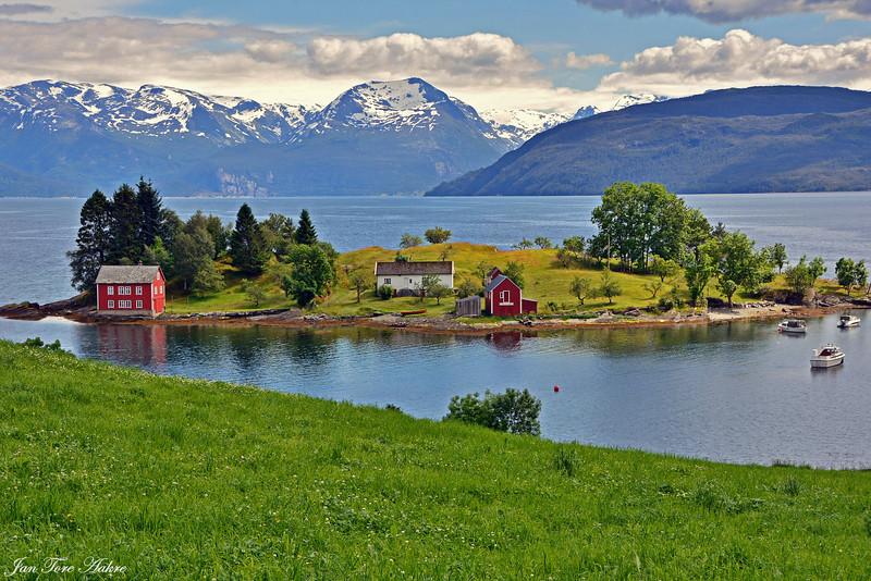 Omaholmen i Hardanger<br /> <br /> A small island in Hardangerfjord