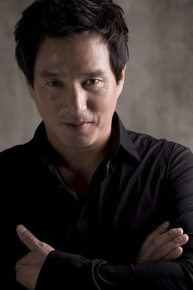 Cho Jae-hyun<br /> Attore prediletto da Kim Ki-duk , il più festivaliero dei registi sud -coreani,  che l'ha diretto in vari film fra cui Crocodile, Address Unknown,  The Isle, Bad Guy.  Fra gli altri titoli di rilievo:  Beyond the Years, The Fatal Encounter.