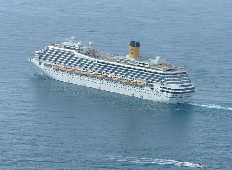 A Costa cruise ship with onlookers.<br /> <br /> Una nave da crociera della Costa arrivata appositamente per permettere di assistere al varo dal mare.