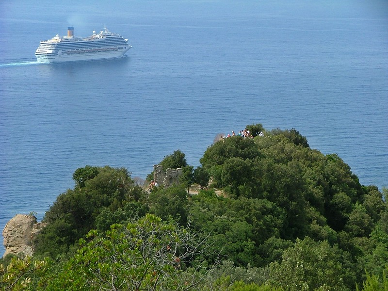 A Costa cruise ship and onlookers at Punta Manara<br /> <br /> Una nave da crociera della Costa ed i curiosi a Punta Manara.