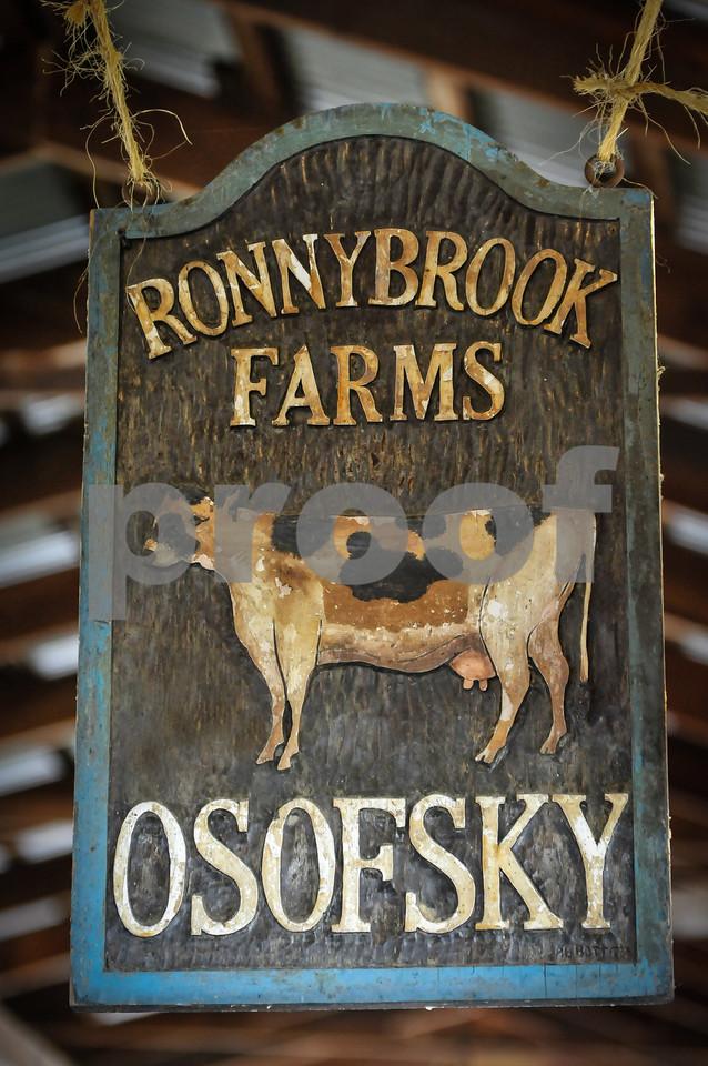 1208_Ronnybrook carved sign_002-2