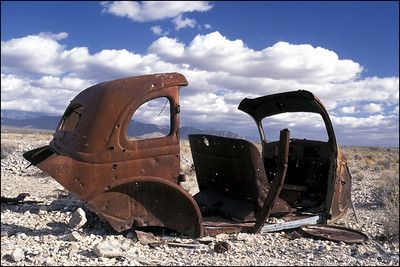 Rusted-Car-in-Desert