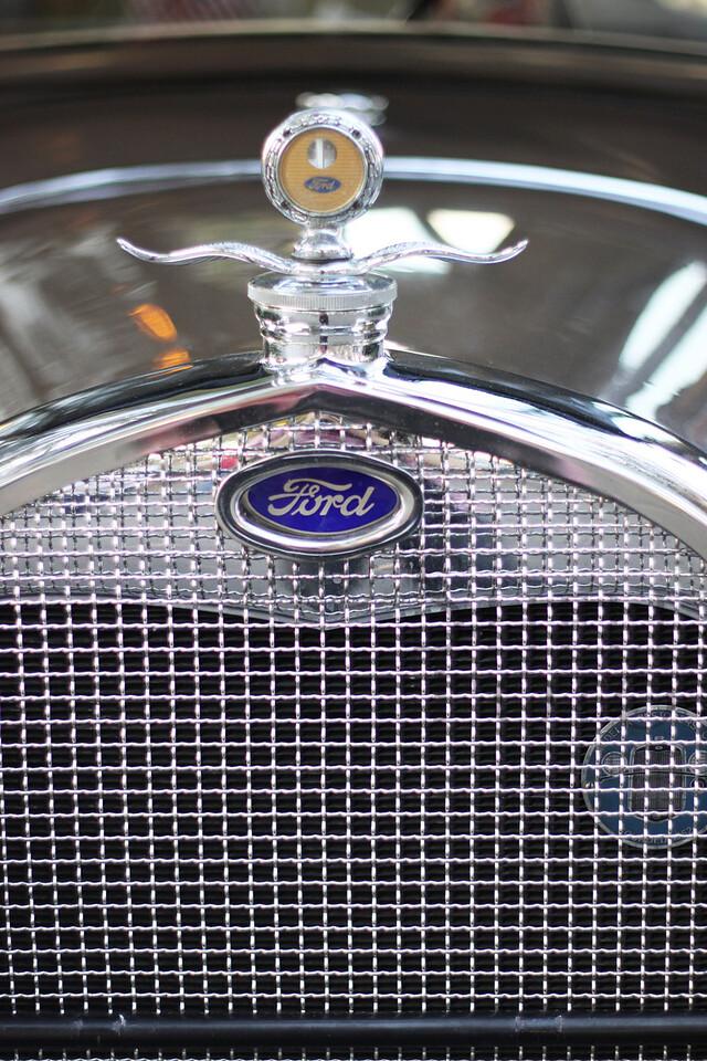 <h3>Period cars were also present.</h3>