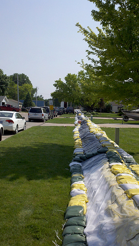 Sandbag dike looking west on Suncoast Drive in North Sioux City, SD. (Photo courtesy USDA-NRCS, 2011)