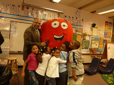 Milwaukee Superintendent Greg Thornton with Active Apple and kids.