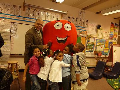 Milwaukee Superintendent Greg Thornton with Active Apple and kids.