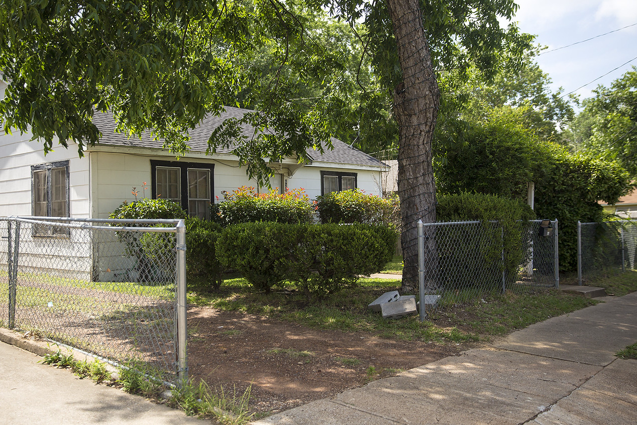A chainlink front yard fence, photographed in Tyler, Texas, on Friday, May 26, 2017. Tyler residents currently have to go through a special permitting process for front yard fences, and Tyler City Council is looking at this permit process again. (Chelsea Purgahn/Tyler Morning Telegraph)