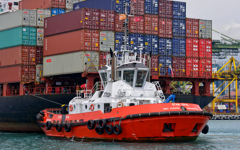 Star Opal assists Ibn Al Abbar into the Brani container terminal at Singapore 2013