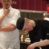 SVH NK leerling-kok wordt in de gaten gehouden door een jurylid.