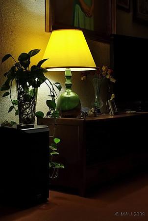 """""""La lámpara del salón"""" - Hoy, para variar un poco, algo más 'clásico'. Es la única lámpara que solemos encender en el salón. Hace un par de días me senté en un sitio diferente al mío habitual y, al verla desde otro ángulo, pensé en la foto.  NOTA: Cuando publiqué <a href=""""http://www.rancho-k.com/gallery/7400924_XvPnc#597935367_Ww6XY"""">ESTA FOTO</a> del meteorito hace unos días, di por sentado que sería evidente que era una manipulación. Parece ser que hay gente que no lo ha creído así, que pensaban que era la luna o el sol, y por eso he preparado <a href=""""http://www.rancho-k.com/gallery/9083916_94Jdd#605033660_whdxy"""">esta pequeña galería de 'cómo se hizo'</a>.   """"The lamp in our living room"""" - Today, for a change, something a little more 'classic'. It's the only lamp that we usually turn on in our living room. A couple of days ago I sat in a different place to my usual one and, when seeing it from a different angle, I thought about the photo.  NOTE: When I posted <a href=""""http://www.rancho-k.com/gallery/7400924_XvPnc#597935367_Ww6XY"""">THIS PHOTO</a> of the meteorite a few days ago, I took it for granted that it would be evident that it was a manipulation. I looks like there is people who thought it wasn't, that they thought it was the moon or the sun, and that is why I have prepared <a href=""""http://www.rancho-k.com/gallery/9083916_94Jdd#605033660_whdxy"""">'this Making of' small gallery</a>."""