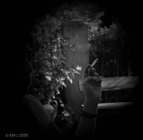 """29-08-2009<br /> <br /> """"Mi hija María también fuma"""" - No es una foto preparada en ningún sentido. Es un 'robado' de hace un par de semanas en el jardín de mi suegra. Me ha parecido que el ByN y el 'viñeteo', añadido en post-proceso, le iba bien a esta foto.<br /> <br /> """"My daughter Maria also smokes"""" - The photo is not prepared in any sense. It is a 'candid' I took a couple of weeks ago at my mother in law's yard. I like it in BW and with the vignette added in PP."""