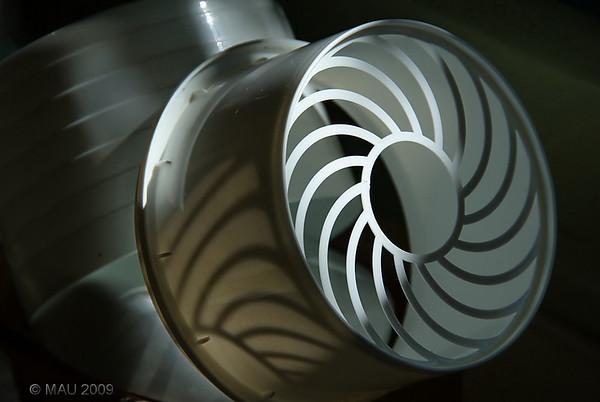 """""""¿Una turbina en mi baño?"""" - No,  es el cestillo que va dentro del bote de plástico en el que por las noches dejo mi dentadura postiza para que se limpie. Por las mañanas lo enjuago y lo dejo así, junto a la ventana, para que se seque. (Hoy la subo un poco antes de mi hora habitual porque tengo cita con el cirujano).<br /> <br /> """"A turbine in my bathroom?"""" - No, it is the  little 'basket' that goes inside the plastic box that I use to clean my dental prosthesis during the night. In the morning I rinse it and leave it like that, next to the window, till it dries. (I'm uploading this a little earlier than my usual time because I have an appointment with the surgeon)."""