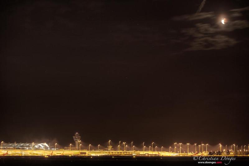 Die Mondfinsternis vom 15. Juni 2011 über dem Münchner Flughafen.