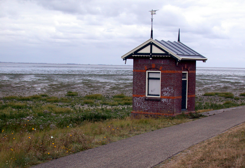 A bicycle trip through Wieringen: Water level meter shed.... or something :-)