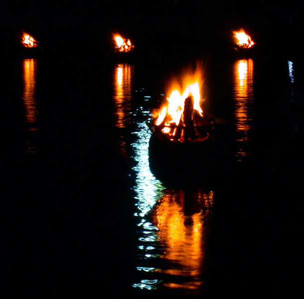 Providence (RI, USA), Friday 06-06-2003 at the WaterFire festival: Fire in the Bay.