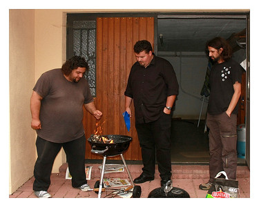 A trois pour allumer un BBQ... pas étonnant qu'il est fallut plus d'une heure pour que les saucisses soient cuites